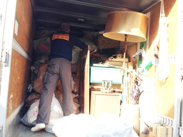 トラック積み込み中
